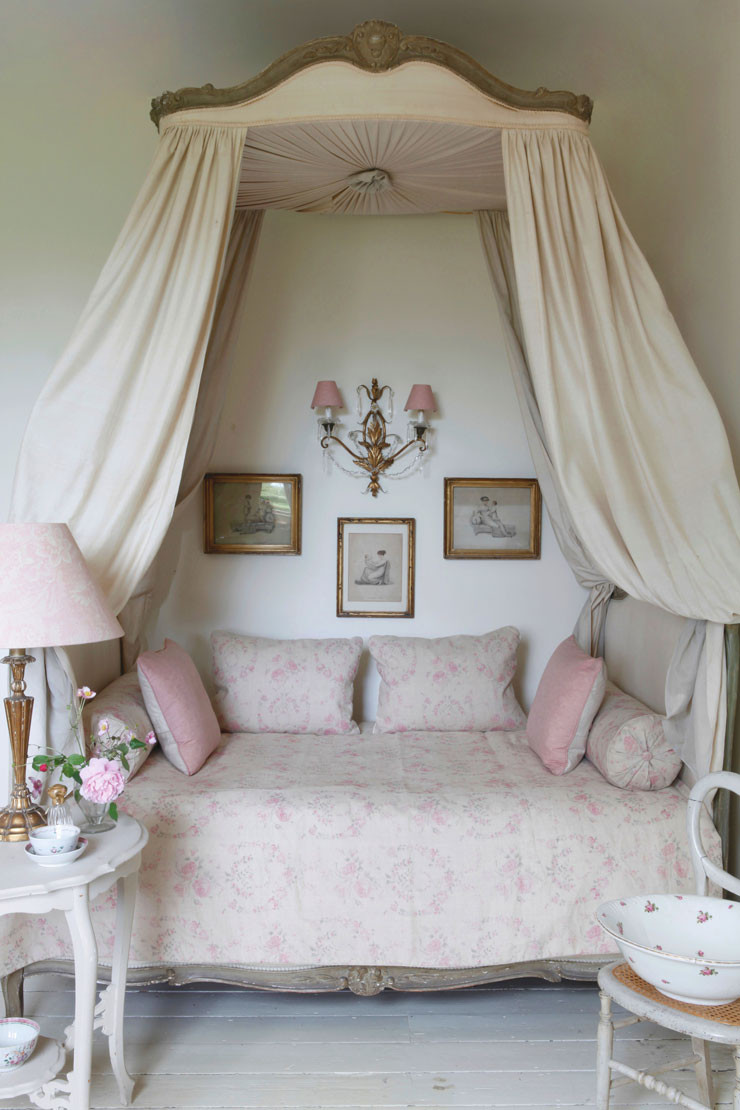 Shabby Chic Bedroom Chair  20 Awesome Shabby Chic Bedroom Furniture Ideas Decoholic